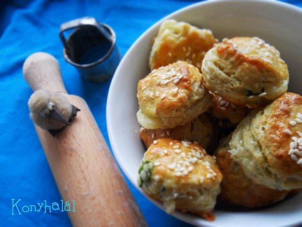 kéksajtos medvehagymás pogácsa